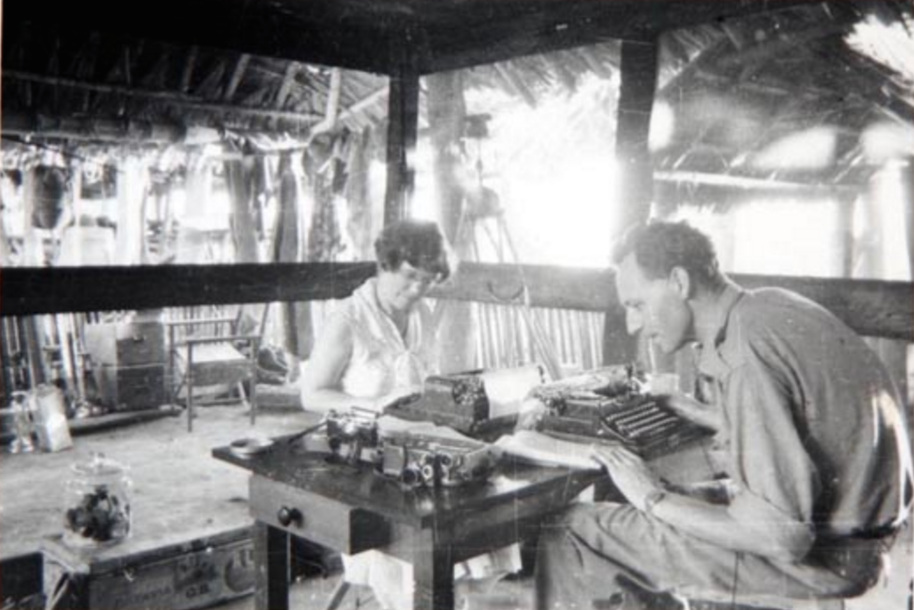 Margaret Mead i Gregory Bateson przy pracy, Tambunam, 1938. Manuscript Division, Library of Congress